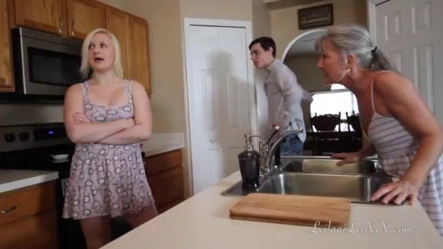 Жестко ебет мамочку